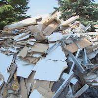Un tas de débris de matériaux de construction sur un terrain.