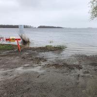 L'eau sur la rive d'un grand lac.
