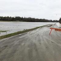 Un chemin bloqué par une barrière routière.