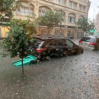 Une rue et des voitures inondées.