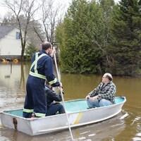 L'eau continue de monter à Fredericton et les autorités affirment que cela pourrait continuer pendant encore plusieurs jours.