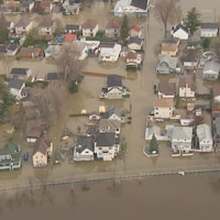 Une vue aérienne de dizaines de maisons inondées