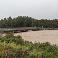Le pont Bouchard, qui enjambe la rivière Dartmouth, menacé par le niveau élevé des eaux.