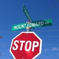 Un arrêt stop et les panneaux au-dessus qui indiquent les rues Mount Edward et Cranberry.