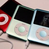 Trois iPod nano de différentes couleurs, côte à côte.