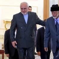 Les deux responsables montent les marches ensemble dans un bâtiment gouvernemental iranien.