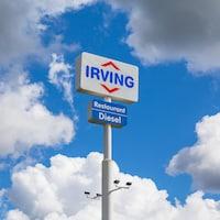 Enseigne d'une station-service Irving en Nouvelle-Écosse.