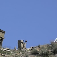 Une batterie de missile sur une colline rocheuse sous un ciel bleu sur le plateau du Golan.