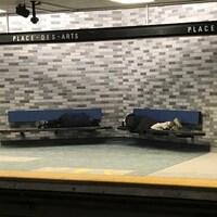 Des itinérants dormant dans le métro Place-des-Arts à Montréal.