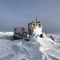 La glace et la neige immobilisent un bateau à Resolute Bay.