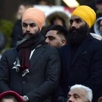 Deux hommes dans la foule.