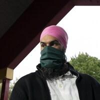 Jagmeet Singh porte un masque à l'extérieur dans un parc.