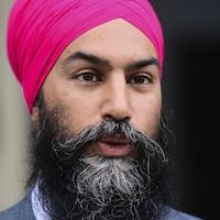 Un gros plan sur le visage d'un homme qui porte la barbe longue et un turban.