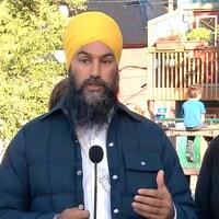 Jagmeet Singh s'exprime en conférence de presse dans un parc pour enfants.