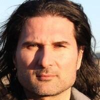 Photo d'un homme aux cheveux longs à l'extérieur
