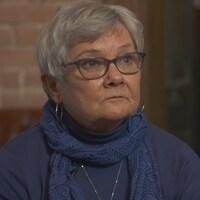 Janet Watson affiche un air sévère