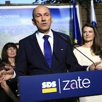 Le chef du Parti démocrate slovène prononce un discours.