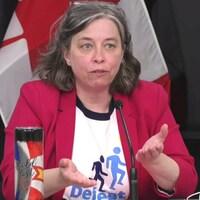 Janice Fitzgerald donne une conférence de presse.