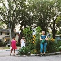 Des amateurs de jardinage sur le boulevard Angus de Regina.