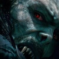 Le personnage vampirique Morbius lève les yeux et dévoile sa dentition terrifiante.