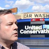 Jason Kenney devant son camion aux couleurs du Parti conservateur uni.