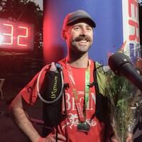 L'ultramarathonien Jean-François Cauchon pose fièrement avec sa médaille.