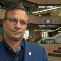 Jean-François LeBlanc répond aux questions d'une journaliste.