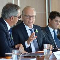Jean-François Lisée discute avec Marcel Groleau, président de l'UPA.
