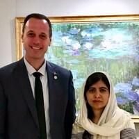 Le ministre québécois de l'Éducation Jean-François Roberge tout sourire aux côtés de  la lauréate du Prix Nobel de la paix, Malala Yousafzai, qui porte un voile blanc.