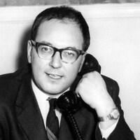 Jean Gérin-Lajoie parle au téléphone.