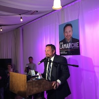 Jean Lamarche, le nouveau maire de Trois-Rivières, lors de son discours de victoire.