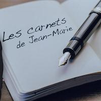 Montage d'images avec Jean-Marie Yambayamba, un stylo et un calpin où on peut lire : « Les carnets de Jean-Marie »