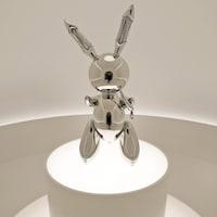 Sculpture ayant la forme d'un lapin.