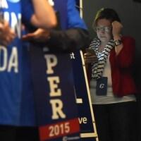 Une femme consulte son téléphone lors d'un rassemblement conservateur.