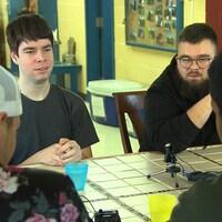 Philippe (de face à gauche) et Mikaël (de face à droite) écoute Anthony (de dos à droite) et Olivier (de dos à gauche). Les quatre ont passé une bonne partie de leur adolescence en centre jeunesse.