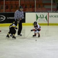 74 équipes de la Côte-Nord et du Saguenay se mesurent au 40e tournoi de hockey mineur Fer-O de Sept-Îles.