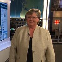 Mme Blouin devant un écran qui montre une carte météorologique.
