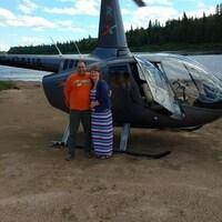 Jody et Nicole Blais devant leur hélicoptère.