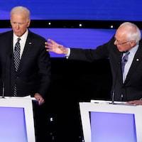Deux candidats débattent.