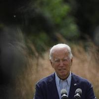 Joe Biden parle devant un micro.