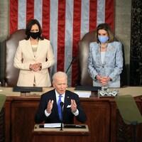 Joe Biden prononce un discours. Kamala Harris et Nancy Pelosi l'écoutent attentivement à l'arrière.