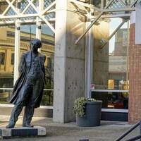 Une statue de John A. MacDonald devant l'entrée de l'hôtel de ville