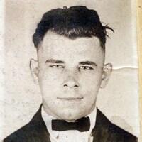 John Dillinger de face et de profil.