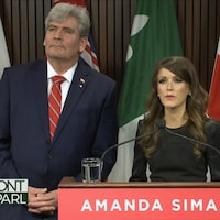 Le chef libéral intérimaire John Fraser et la députée Amanda Simard en conférence de presse.