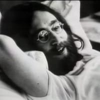 John Lennon couché dans son lit lors sur Bed-in for Peace en 1969.