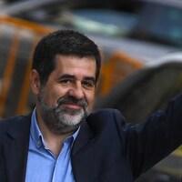 Jordi Sanchez lève la main pour saluer des gens.