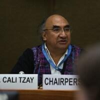 Image de José Francisco Calí Tzay siégeant à l'ONU. Il est entré en poste à la mi-mars à titre de rapporteur spécial des Nations unies sur les droits des peuples autochtones. Il est originaire du Guatemala.