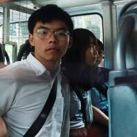 Joshua Wong et Agnes Chow, à l'intérieur d'un véhicule de la police.