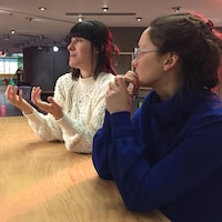 On voit la psychoéducatrice Josiane Morel et l'art-thérapeute Julie Archambault contestent leur licenciement au Centre de pédiatrie sociale Centre-Sud certifié par la Fondation du docteur Julien.
