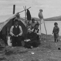 Le père Alexis Joveneau avec une famille innue près d'une tente